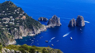 ナポリ近郊への旅 – カプリ島の観光スポットは?